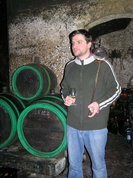 Winiarz w swej piwniczce