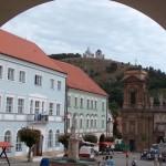 Rynek w Mikulowie - widok na wzgórze św. Sebastiana