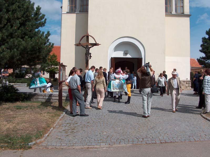 Niedziela przed kościolem w Vrbicy