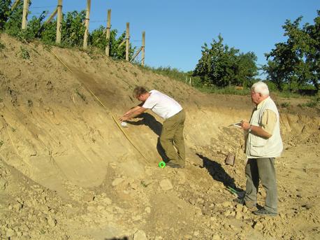 Odbieranie próbek geologicznych z winnic – Prof. M.Pawlikowski, A. Brożkiewicz – AGH Kraków
